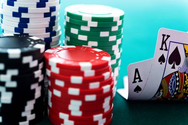 Ace et très grand lit (king) avec des jetons de casino - Photo