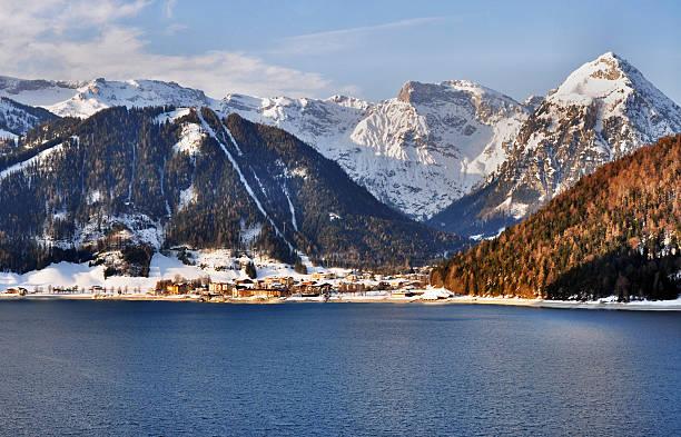 achensee lake in den österreichischen alpen - ferienwohnung dorf tirol stock-fotos und bilder