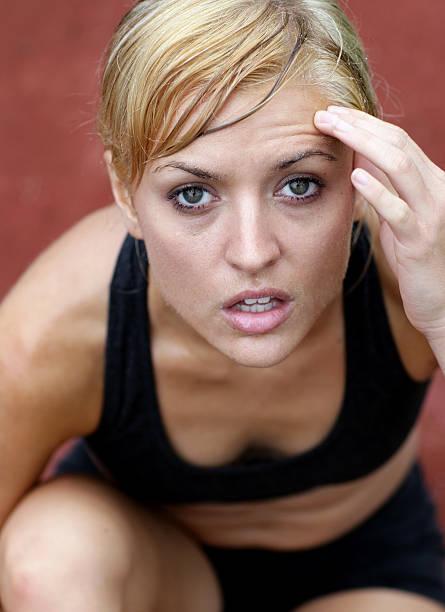 schmerzen und beschwerden - mit muskelkater trainieren stock-fotos und bilder
