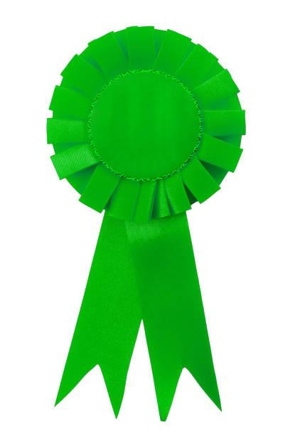 Logro, certificado de calidad y idea conceptual ganadora con cinta de premio de satén verde con espacio de copia en la tela aislada sobre fondo blanco y recorte de ruta de recorte - foto de stock