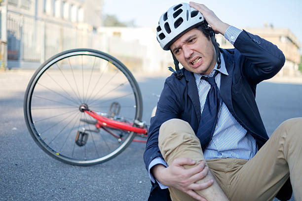Aching man after bicycle accident - foto stock