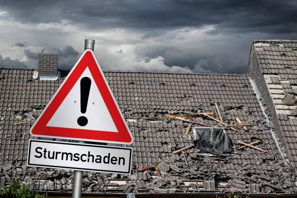 Achtung Sturmschaden deutsche rote Warnzeichen vor Sturm beschädigte Dach (englische Übersetzung: Aufmerksamkeit Sturmschäden) – Foto