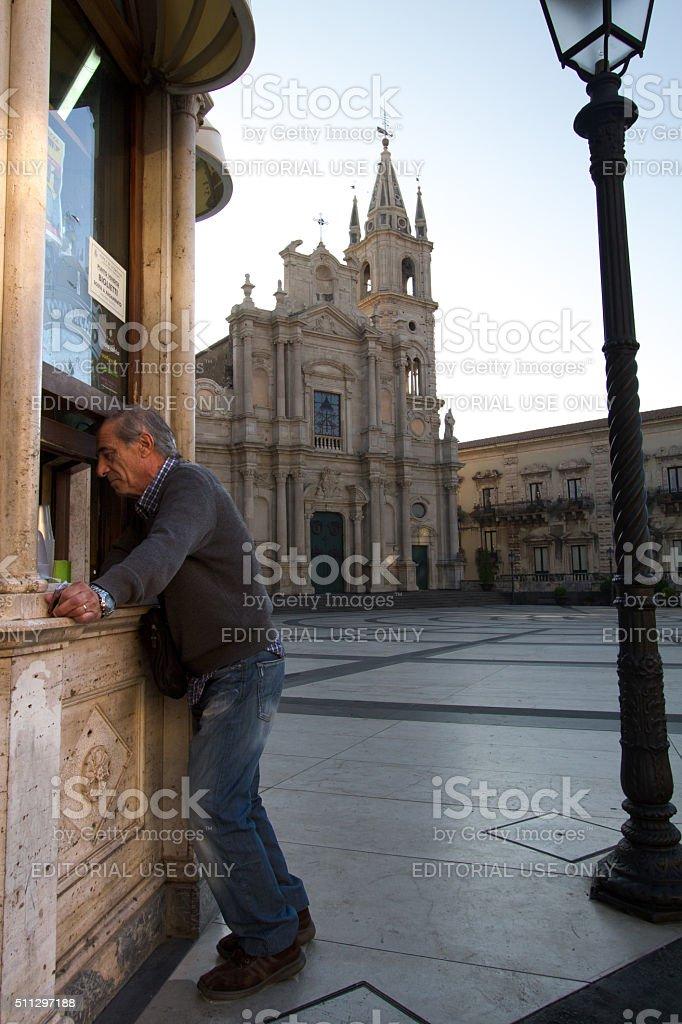 Acireale, Sicilia : Cliente di Spuntino chiosco con Cattedrale di sfondo - foto stock