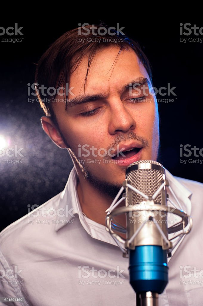 Acoustic concert: young performer with microphone foto stock royalty-free