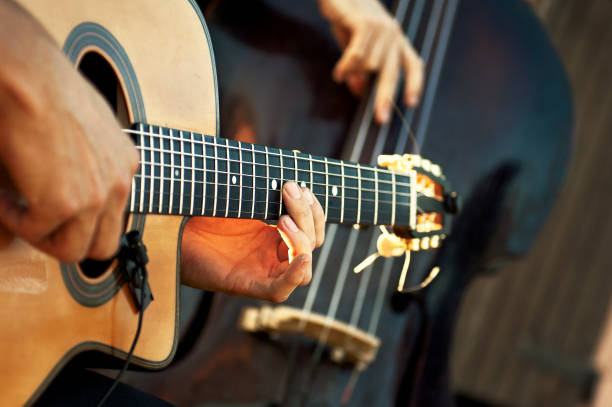 Akustikgitarre mit Kontrabass in akustischer Gruppe während einer Show – Foto