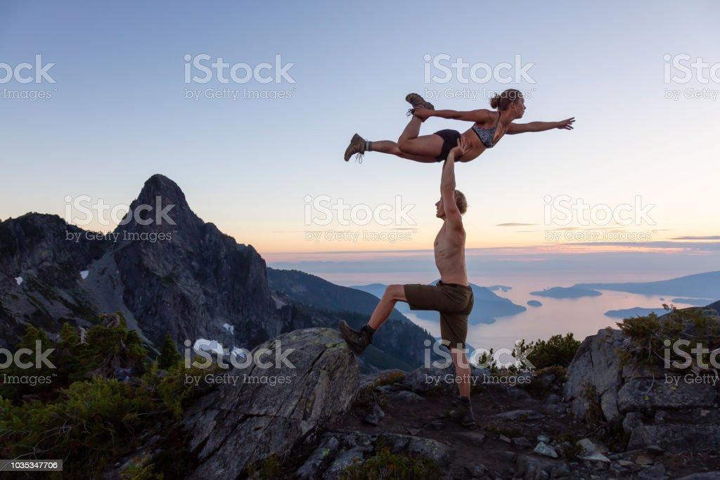 Acro Yoga auf einer Bergspitze – Foto
