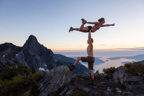 Acro Yoga au sommet d'une montagne - Photo