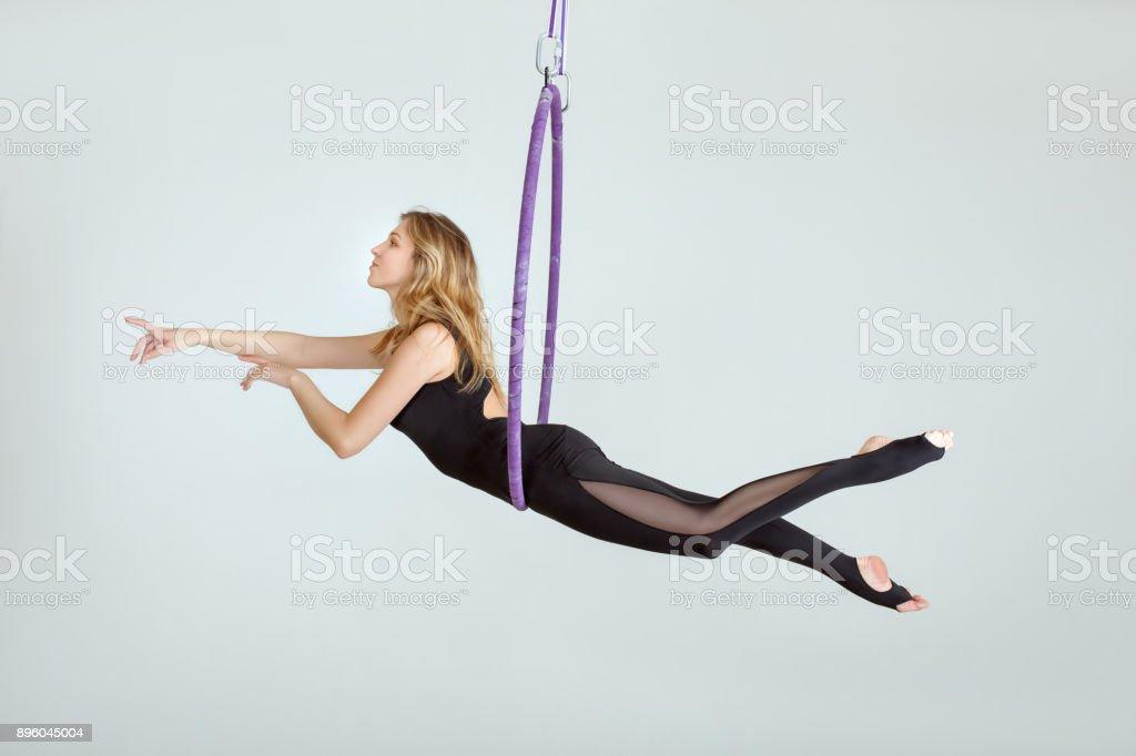Acrobat colgado en hula Hupe. - foto de stock