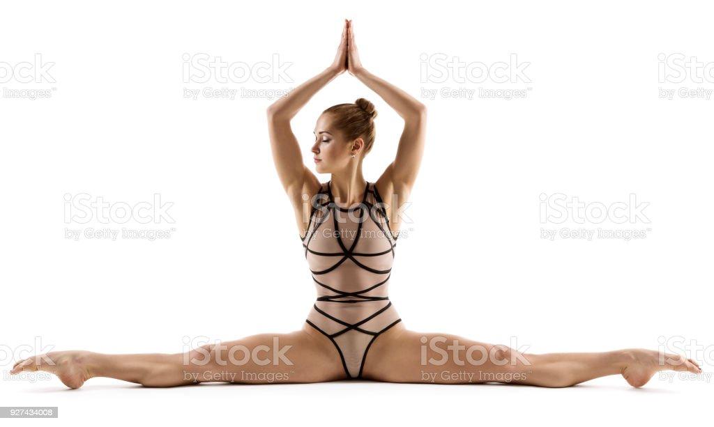 Acrobat mulher fazendo exercício de ginástica Fitness Split, ginasta esticando as pernas, sobre fundo branco foto de stock royalty-free