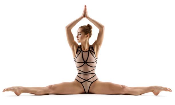 mujer de acrobat haciendo split, gimnasta estiramiento de piernas, fitness ejercicio de gimnasia sobre fondo blanco - piernas abiertas mujer fotografías e imágenes de stock