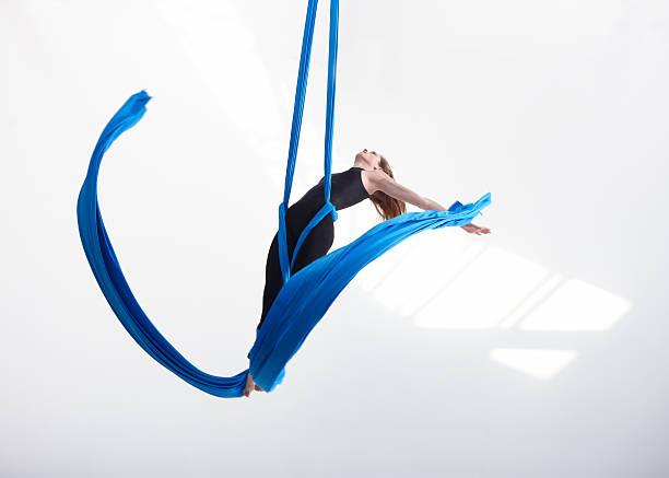 Akrobatische Bewegungen mit Gewebe – Foto