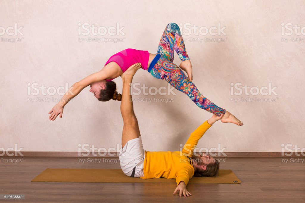 Akrobatische Yoga in einem studio – Foto