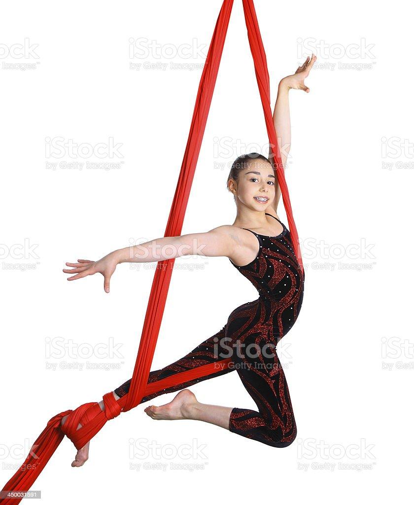 Chica actuación acrobática en rojo tela de cuerda - foto de stock