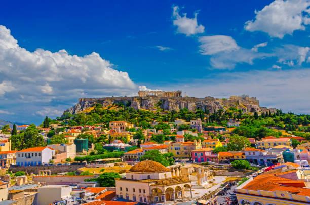 アクロポリスとアテネ モナスティラキ! - アテネ ストックフォトと画像