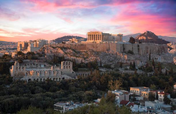 Akropolis von Athen bei Sonnenuntergang mit einem schönen dramatischen Himmel – Foto