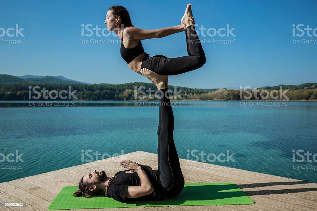 Acroyoga bow pose – Foto
