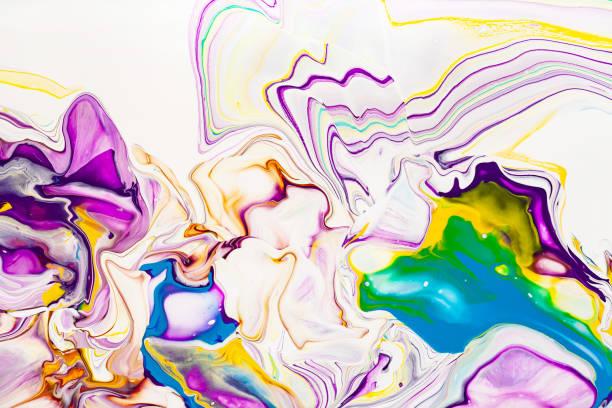 akrilik boya dalgaları soyut arka plan. gökkuşağı mermer dokusu. yağlı boya sıvı akışı renkli duvar kağıdı. yaratıcı menekşe, sarı, mavi sıvı etkisi zemin. - tuval üzerine akrilik stok fotoğraflar ve resimler