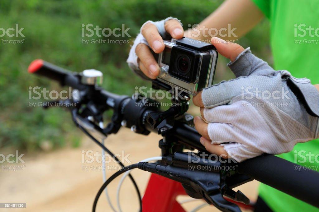 Action-Kamera montiert auf Mountainbike – Foto