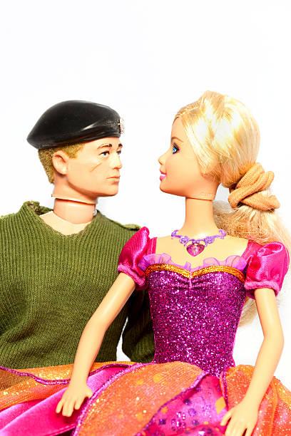 action barbie puppe mann und gemeinsam - barbiekleidung stock-fotos und bilder
