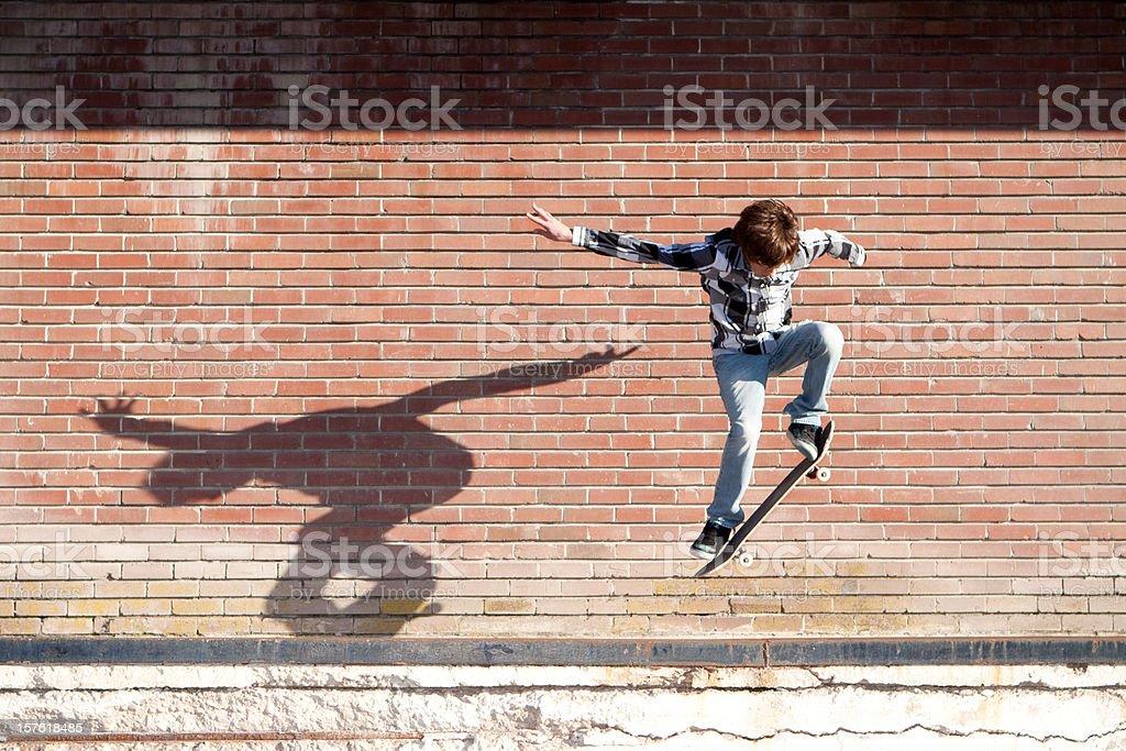 Action-Schuss von Junge männliche Skateboarder Jumping – Foto