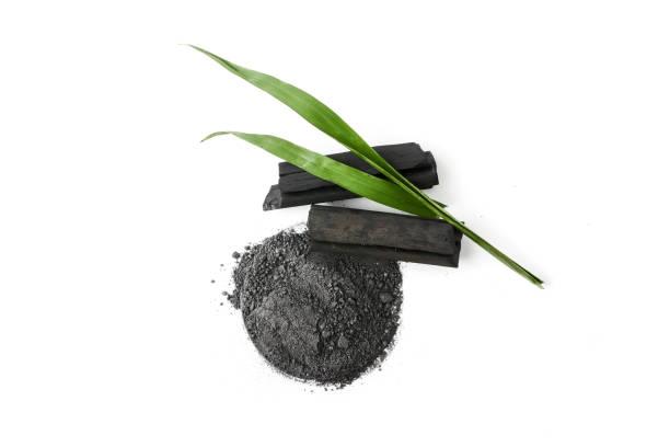 白い背景の上の活性炭パウダー - 竹 ストックフォトと画像