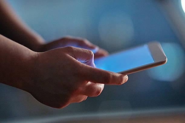 activating night mode - tablet mit displayinhalt stock-fotos und bilder