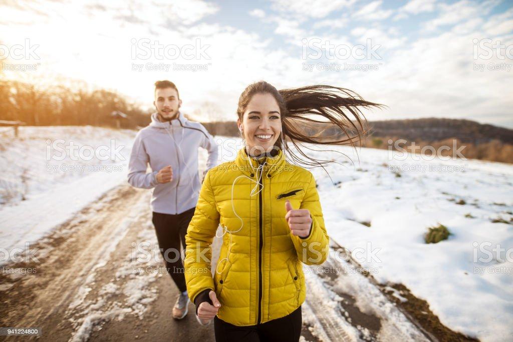 Aktive Sportler sportliche paar mit starker Ausdauer auf die Straße im Winter Natur morgens ausgeführt. - Lizenzfrei Athlet Stock-Foto