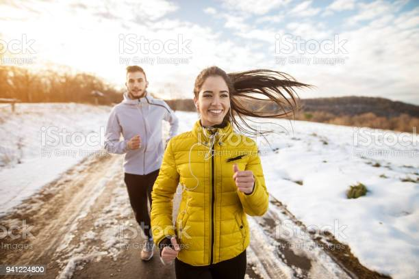 Aktive Sportler Sportliche Paar Mit Starker Ausdauer Auf Die Straße Im Winter Natur Morgens Ausgeführt Stockfoto und mehr Bilder von Athlet