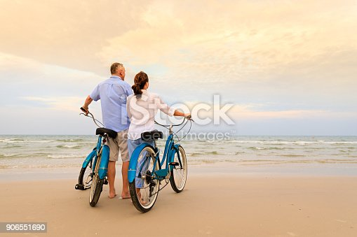 istock Active couple with bikes 906551690