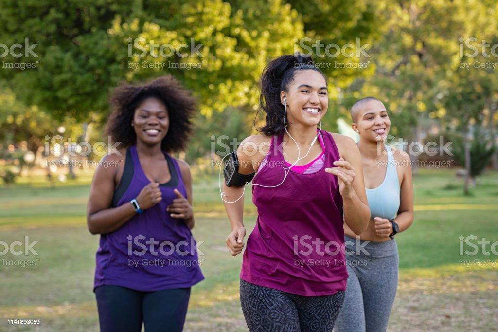 Active curvy women jogging - Foto stock royalty-free di Abbigliamento sportivo