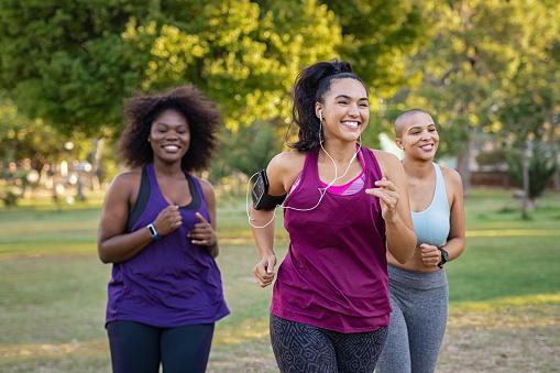 Active Curvy Women Jogging - Fotografie stock e altre immagini di Abbigliamento sportivo