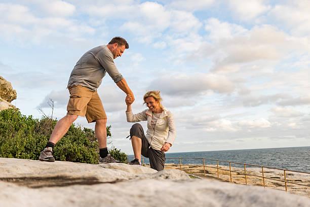 Taglio Attivo matura coppia aiutando a vicenda da - foto stock