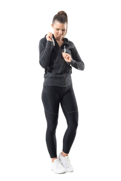 aktiv fit sportlerin zip up hoodie sweatshirt nach unten ausziehen - zip hoodies stock-fotos und bilder