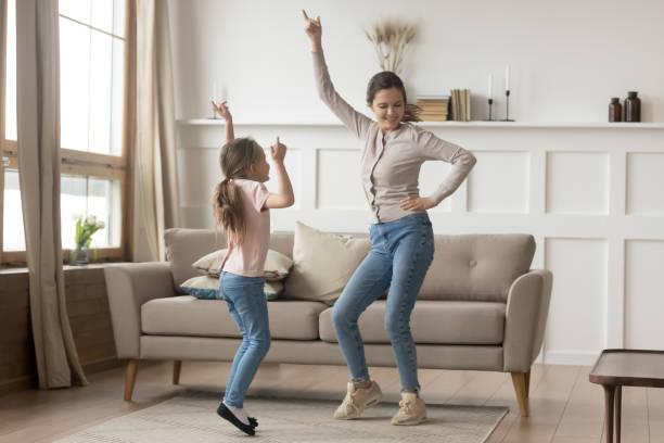 dança ativa da matriz em casa com filha pequena - dançar - fotografias e filmes do acervo