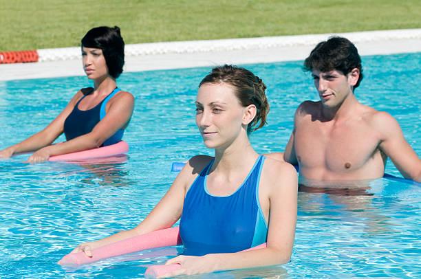 Aktive Menschen in einem pool aqua-gym – Foto