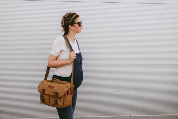 aktive schwangere frau - latzhose für schwangere stock-fotos und bilder