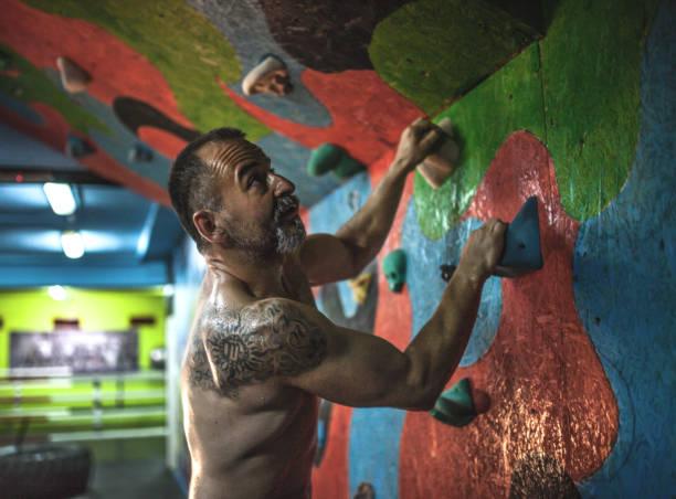 aktiver leitender mann, der krafttraining hat - alte tattoos stock-fotos und bilder