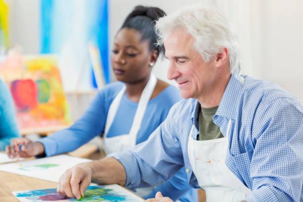 Homme senior actif en classe d'art - Photo