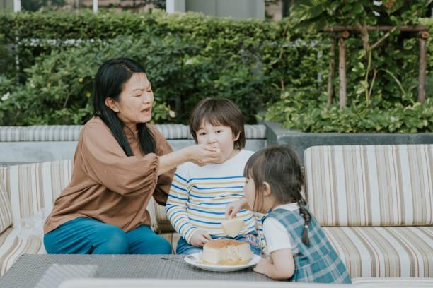 自宅ストックの写真で2人の子供を持つアクティブなシニアナニー - showus ストックフォトと画像