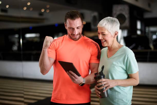 activa instructor senior de mujer y fitness - entrenador personal fotografías e imágenes de stock