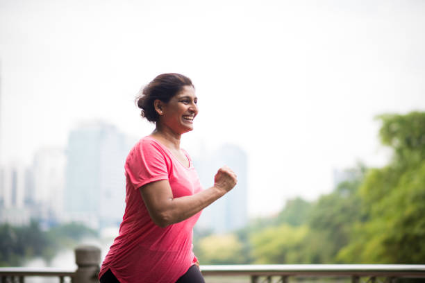 Aktive ältere Frau einen gesunden Lebensstil zu genießen – Foto