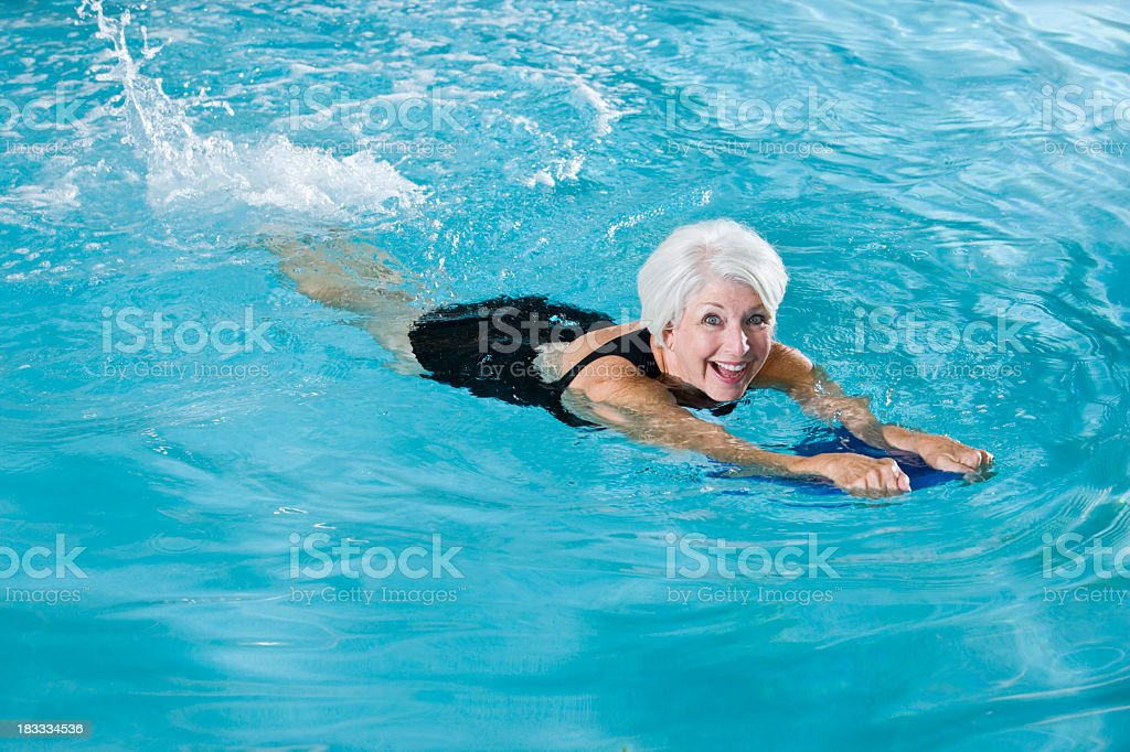 Aktive senior Frau Ausübung im Swimmingpool - Lizenzfrei 60-64 Jahre Stock-Foto