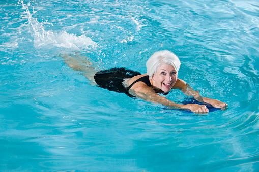 Aktive Senior Frau Ausübung Im Swimmingpool Stockfoto und mehr Bilder von 60-64 Jahre