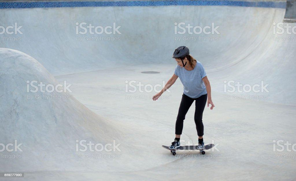 Mulher sênior ativa praticar skate. - foto de acervo