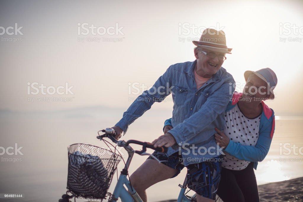 Aktive Senioren Paar mit Fahrrad – Foto