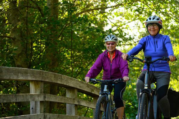 Aktive Senioren Radfahren in der Natur – Foto