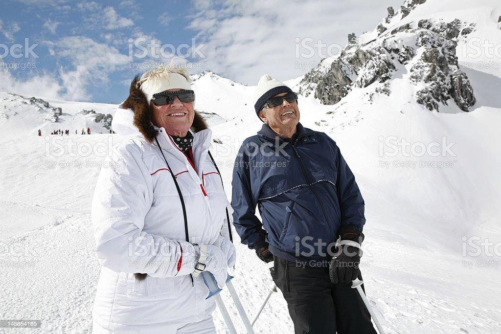 Aktive Senioren genießen Sie Skifahren in Österreich – Foto