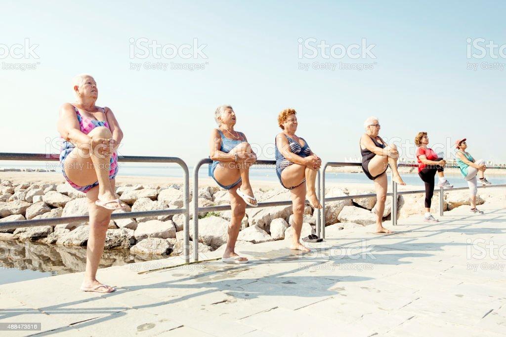 Aktive Senioren Dehnung im Freien, fitness-Kurse – Foto