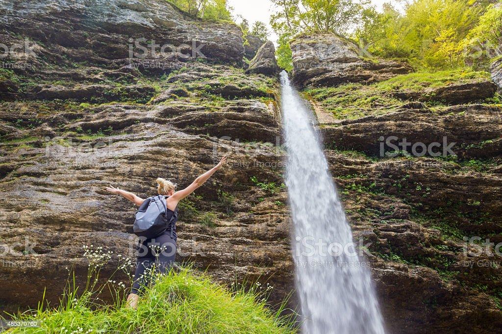 Aktive sportliche Frau Entspannung in wunderschöner Natur. Lizenzfreies stock-foto