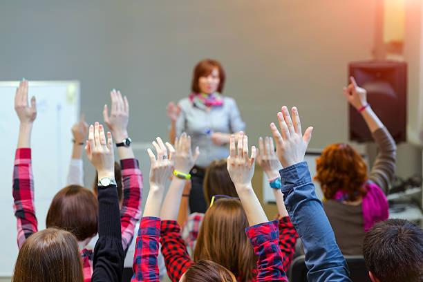Aktive Teilnehmer Heb Arme bis zu Lehrer Frage beantworten – Foto